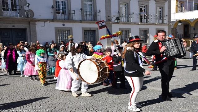 Carnaval: Grupos de Brincas animam a cidade de Évora
