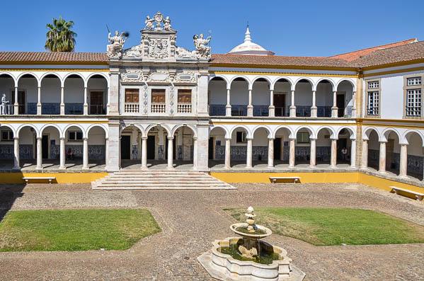 """Universidade de Évora diz que """"burocracia"""" atrasa obras de nova residência"""