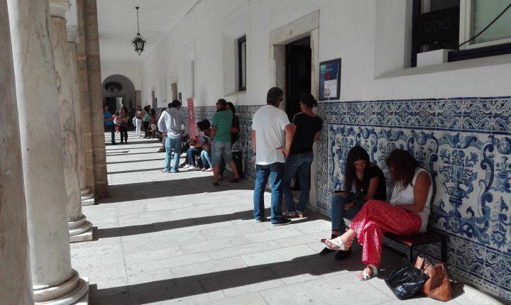 Évora: Alunos voluntários acolhem caloiros na chegada a Évora