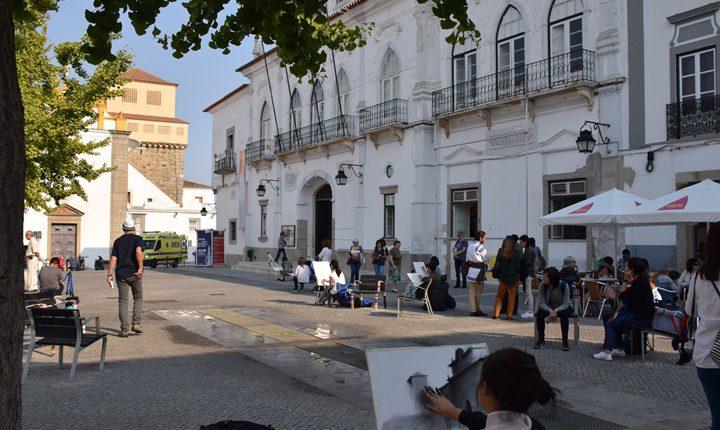"""Évora: Jovens artistas """"pintam e desenham"""" a cidade"""