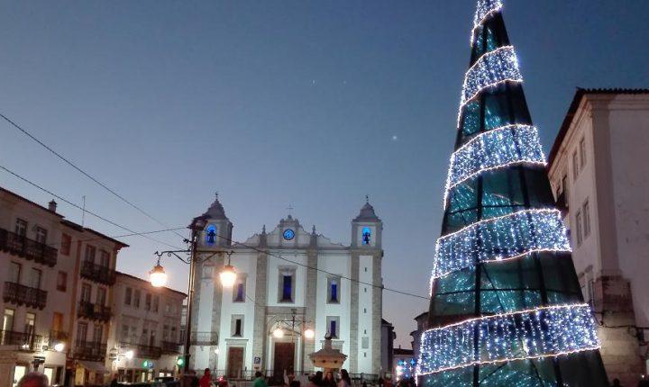 """Iluminação de Natal em Évora """"chegou"""" este ano mais tarde"""