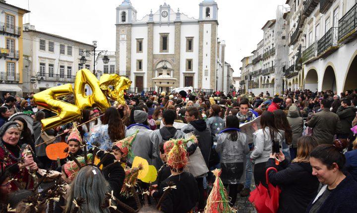 Évora: Chuva e frio não travam Carnaval das Escolas