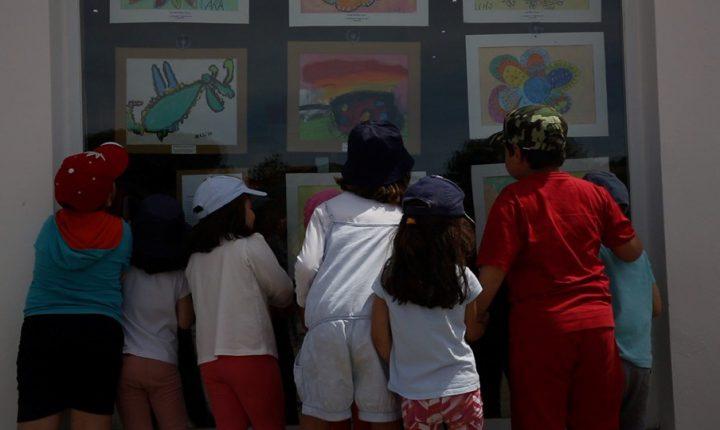 Crianças de Azaruja mostram desenhos nas vitrinas da aldeia