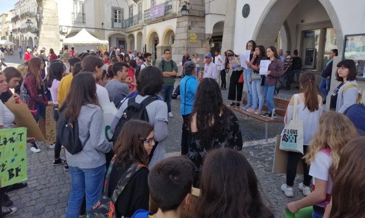 Jovens e crianças de Évora participam na greve climática estudantil