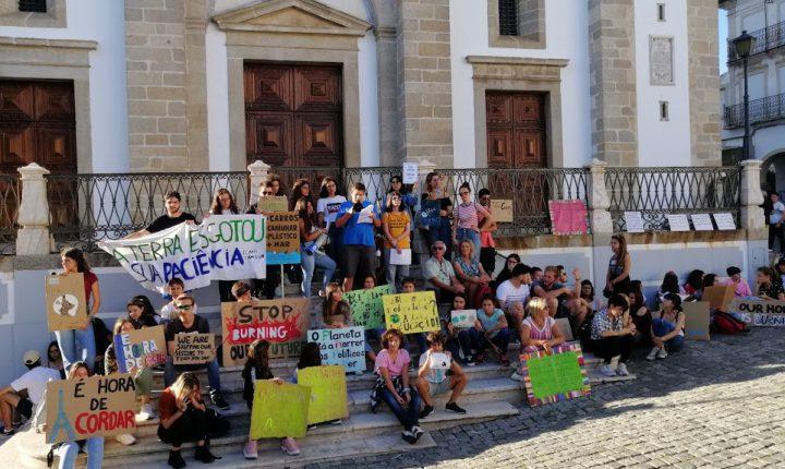 Greve pelo Clima junta crianças, jovens e alguns adultos em Évora