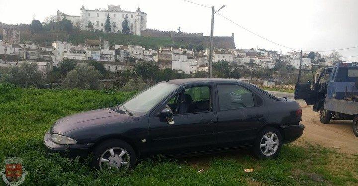 Estremoz remove carros abandonados da via pública