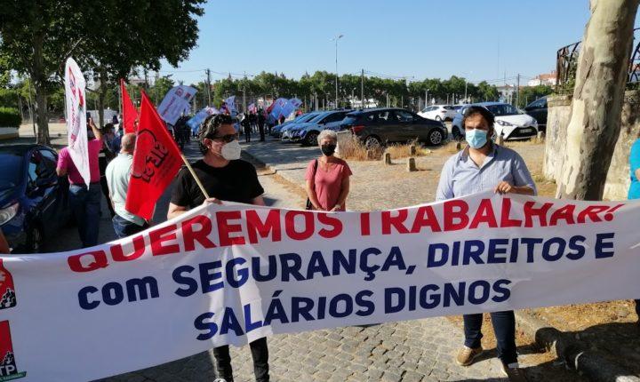 """CGTP forma cordão humano em Évora """"pelos direitos e melhores salários"""""""