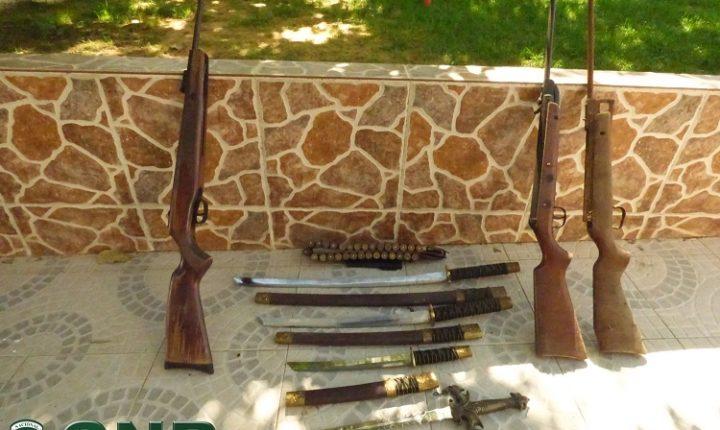 Homem detido em Borba por violência doméstica tinha três sabres e uma espada