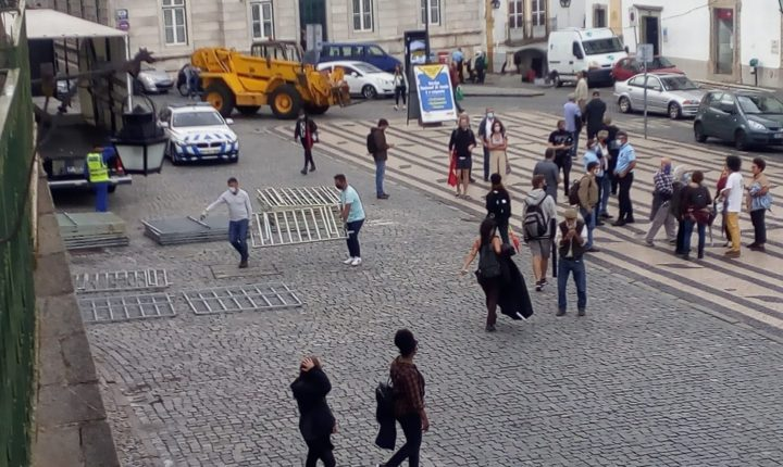 PSP monta barreiras anti-motim na Praça do Giraldo