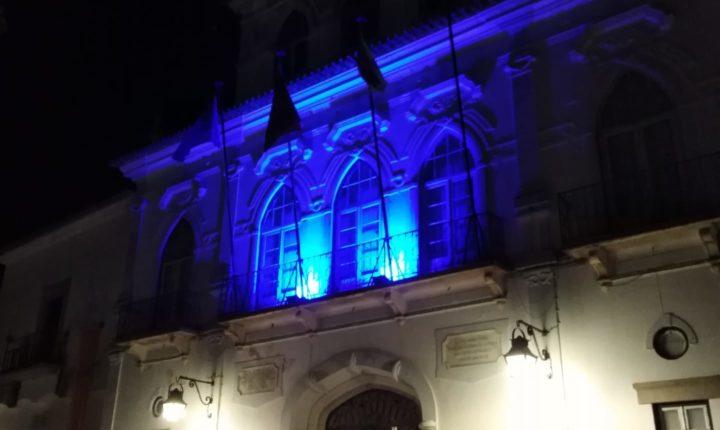 Paços do Concelho em Évora iluminado de azul em abril