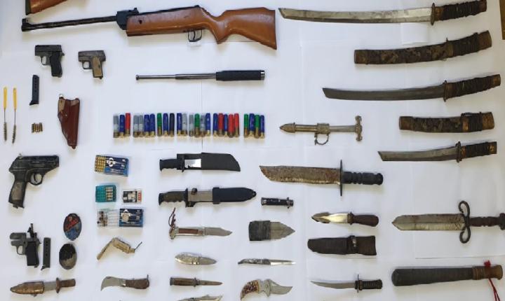 PSP de Elvas detém suspeito de violência doméstica e apreende arsenal de armas