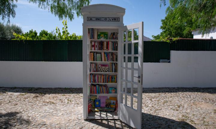 """Antiga cabine telefónica transformada em """"minibiblioteca pública"""""""