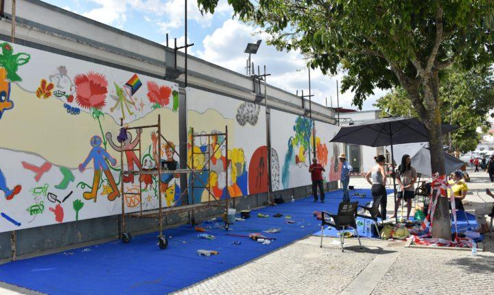 """Évora """"ganha"""" pintura mural coletiva que evoca liberdade"""
